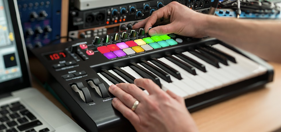 8 Best Midi Keyboard Controllers (Must Read Reviews) For